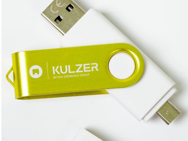 USB z logo firmy